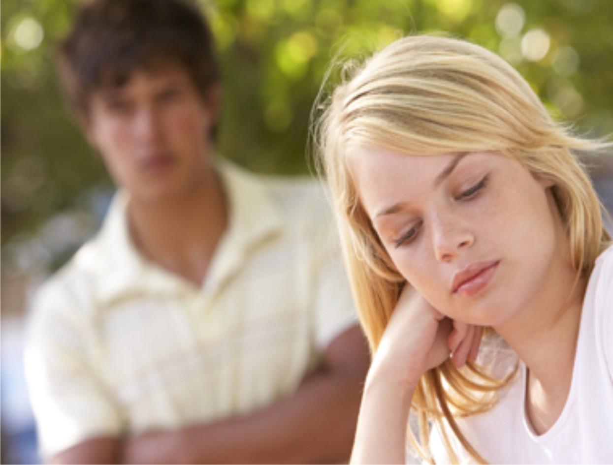Resultado de imagen para hombre celoso con mujer que platica por telefono